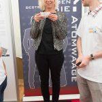Wissenschaftsministerin Doris Ahnen auf der Atomwaage Foto: Peter Pulkowski