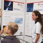 Eine wissenschaftliche Mitarbeiterin erklärt die Neutrionophysik Foto: Christian Schneider