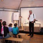 Vorlesestunde für die Kleinsten: Frank Wittig kündigt Prof. Concettina Sfienti an, die u.a. aus